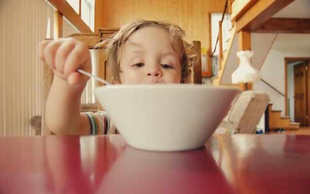 mengajari anak makan sendiri