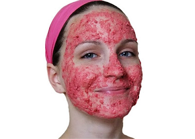 الفراولة والعسل هما مكونين رائعين في العناية بالبشرة وعلاج البقاع وترطيب البشرة وتبيض الوجه أيضا.
