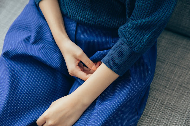 麥田捕手格紋V領縮口針織上衣-星藍