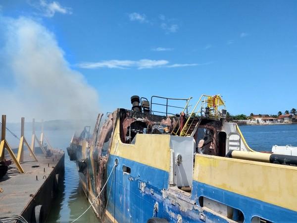 Barco atracado há cerca de 2 anos em estaleiro na Barra do Ceará pega fogo, em Fortaleza