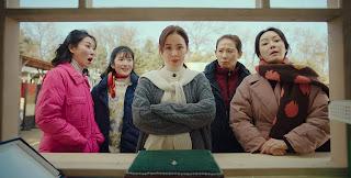 Yoon Se-ri dan ibu-ibu dusun tempat tinggal Kapten Ri Jeong-hyeok