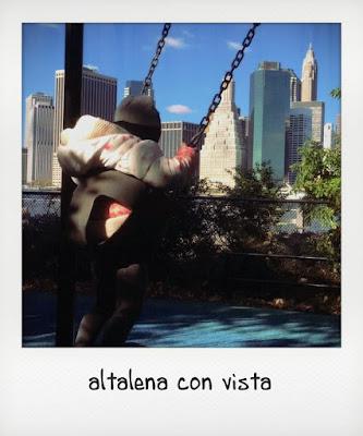 Bambina di 2 anni a New York in altalena al parco del ponte di Brooklyn