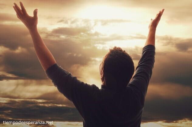 Hombre agradeciendo a Dios por todo