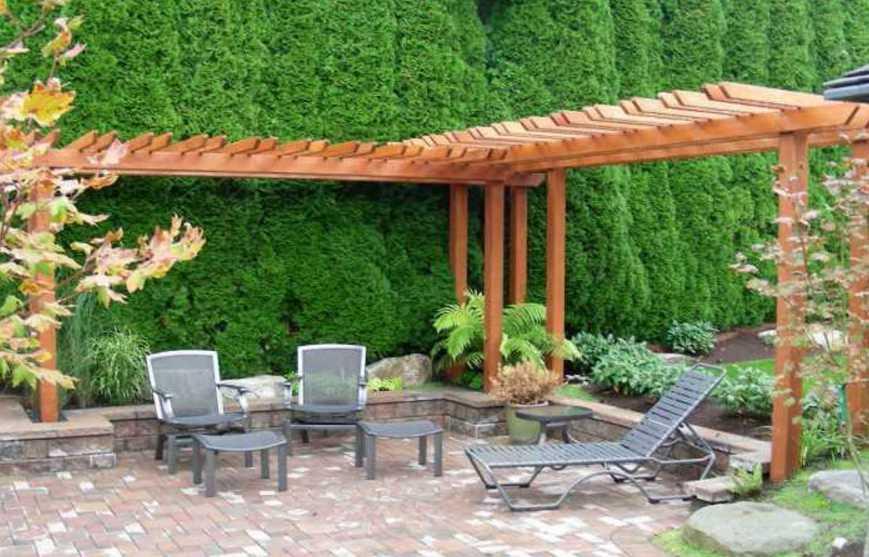 Desain Taman Belakang Rumah Minimalis dengan 3 Kursi Santai dan Lantai Batu Alam Cantik