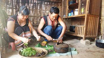 Vợ chồng chị Y Hoa chuẩn bị đồ ăn đón Tết làng