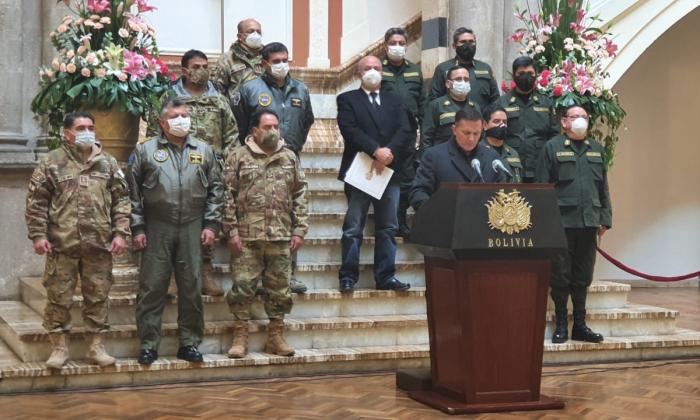 Ministro López acompañado de las FFAA / ABI