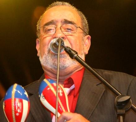 Foto de Andy Montañez cantando con maracas