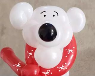 Eisbär aus Luftballons modelliert.