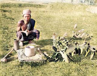 mangahonihoni membawa sesajian ke kuburan para leluhur