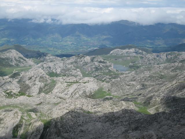 Rutas Montaña Asturias: Vista de los Lagos de Covadonga desde la cima del Requexón