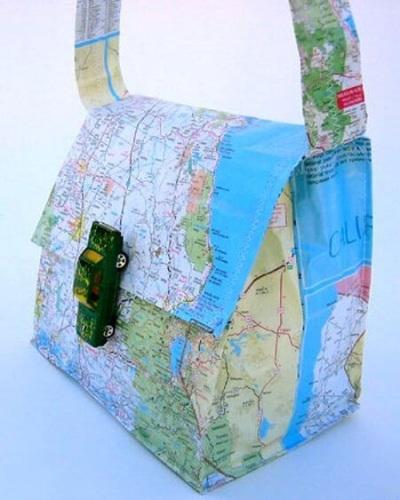 Membuat tas dari kertas peta memang tidak mudah, apalagi kalau terkena air.