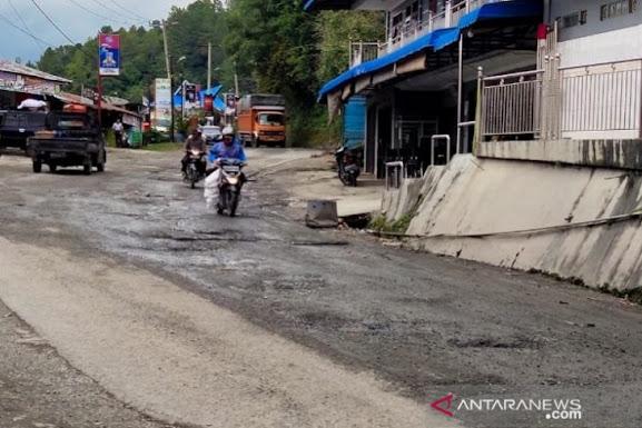Jalan Rusak Lintas Parapat Ganggu Kenyamanan Berkendara, Rawan Kecelakaan