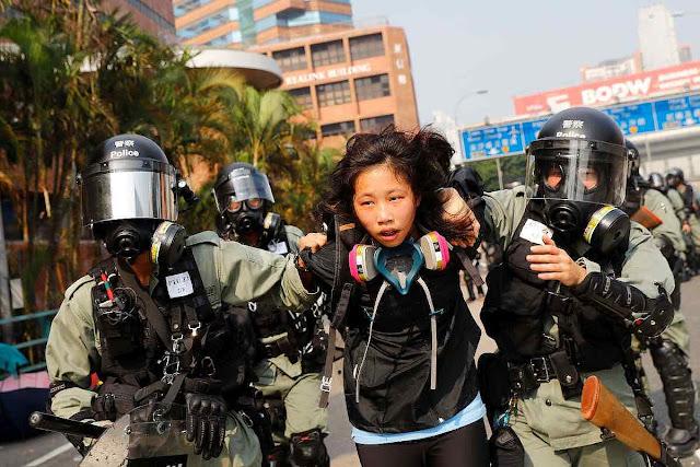 Estudante presa quando tentava sair da Universidade Politécnica de Hong Kong