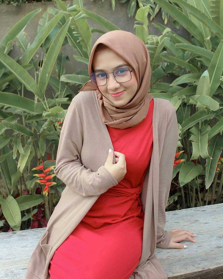 Cewek Igo Jilbab manis dna seksi PAkai Baju Merah