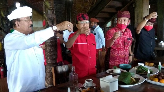 Gubernur Bali Ajak Kades-Lurah Minum Kopi Campur Arak Biar Sehat Saat PPKM