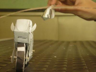 maqueta de una moto en papel , incentivando la imaginación y la creatividad