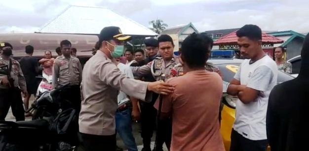 Buntut Ketegangan Antar Desa, Polisi Redam Warga Yang Memblokade Dermaga Padang
