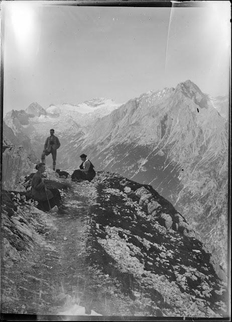 Drei Personen vor dem Zugspitzplatt vom Weg zwischen Schachenhaus und Meilerhütte aus fotografiert - um 1910-1920
