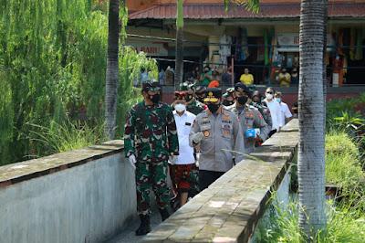 Panglima TNI Bersama Kapolri Tinjau Pelaksanaan PPKM di Pasar Tradisional Wilayah Bali