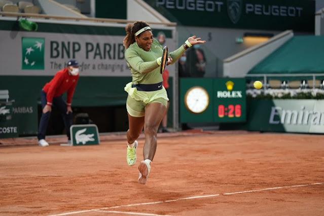 Serena Williams em ação na estreia da sessão noturna de Roland Garros