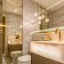 Banheiro com box espelhado até o teto e bancada de ônix iluminada!