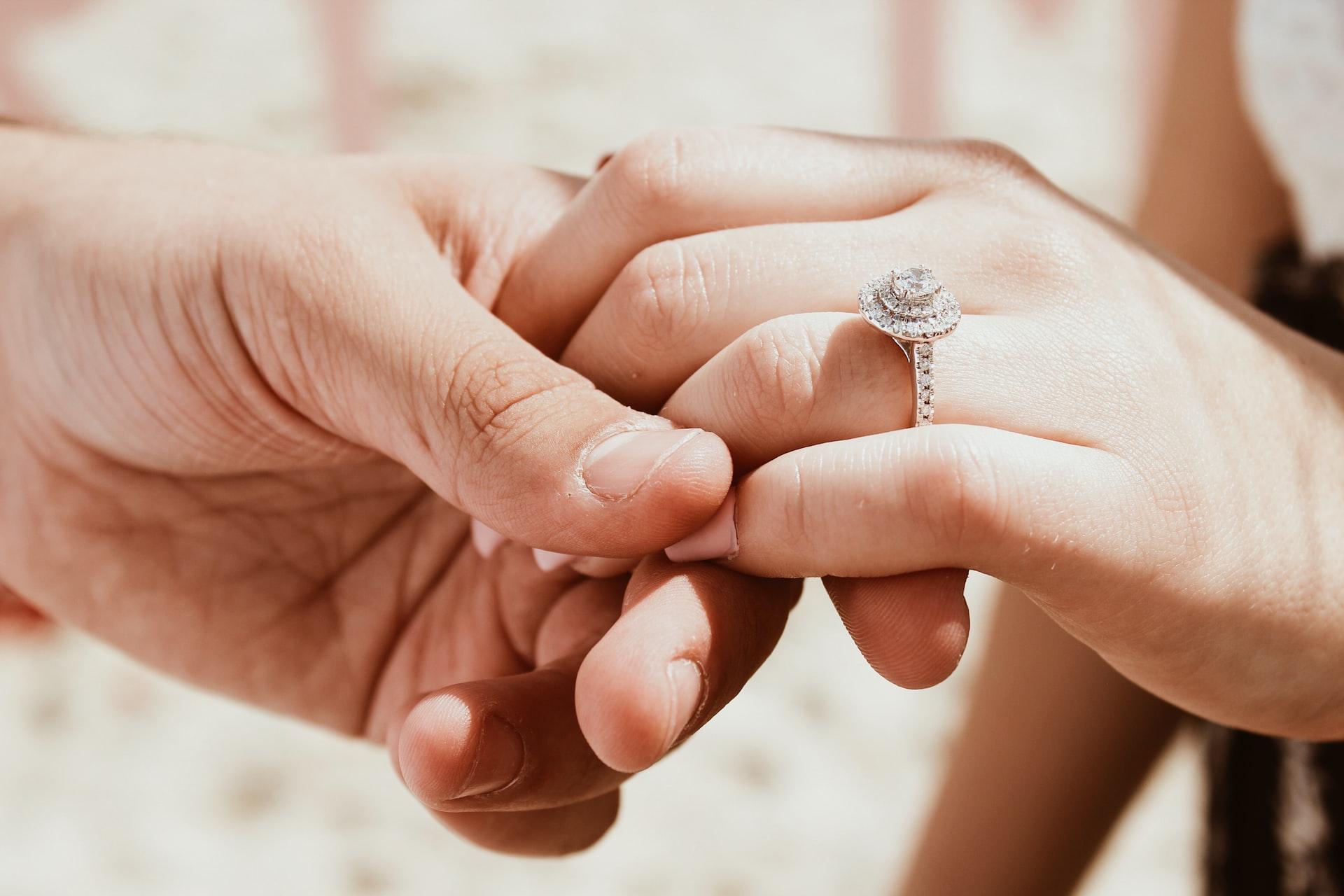 Panduan Dan Cara Ukur Jari Untuk Beli Cincin Buat Pasangan Anda