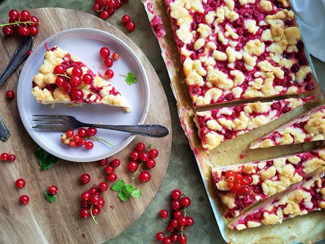 Cheesecake Tarte mit Streusel und Johannisbeeren
