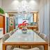 Cozinha branca e amadeirada com ilha em granito integrada à sala de jantar com cristaleira!