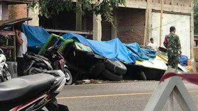 Truk Tabrak Bus Parkir di Bone Hingga Terguling
