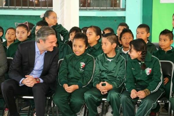 'No a la Reforma Educativa', le dice niño a Nuño; funcionario de la SEP trata de amedrentar a papá