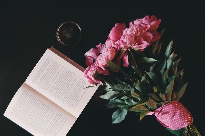saat kehabisan ide menulis, book flatlay