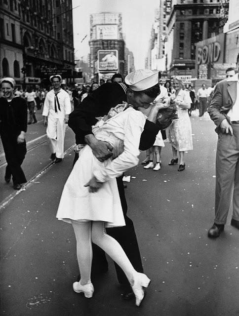 Foto ini menjadi ikon berakhirnya perang dunia ke II. Romantis bukan!