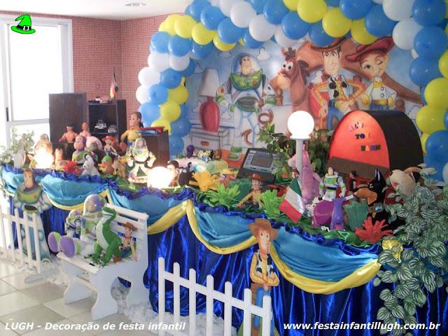 Decoração Toy Story em mesa tradicional luxo forrada com toalhas de tecido.
