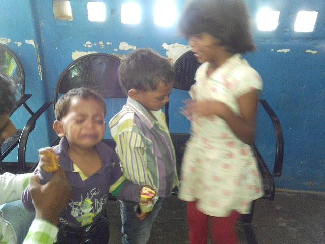 fevi-kwick-in-eye-alirajpur-news-आँखों की दवा डालने की बजाय डाल दिया फेवी क्विक