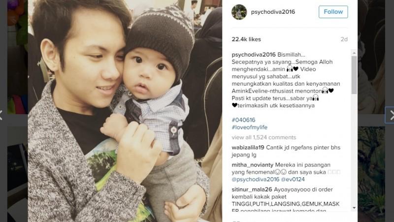 Aming mengunggah foto istrinya Evelyn menggendong bayi