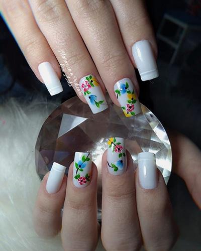 unhas com flores coloridas