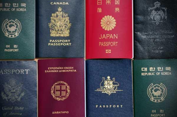 Există doar patru culori de pașapoarte în lume. Iată care este motivul!