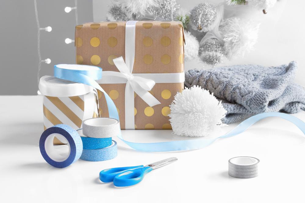envoltorio de regalos con papel kraft y pegatinas