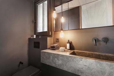 Baño en casa de campo moderna de diseño
