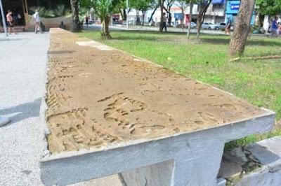 Vândalos estão furtando mármores dos bancos da Praça da Alegria no centro de São Luís