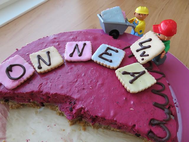Legoukkeli kakunkoristeena