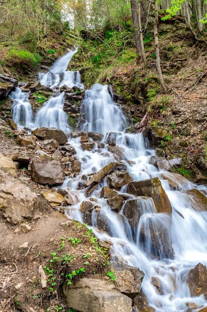 Водопад Труфанец находится прямо около дороги Ясиня - Квасы