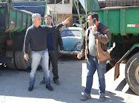 Prefeito Mario Tricano com os secretários Raphael Teixeira e Carlos Teixeira: recuperação asfáltica na cidade e no interior