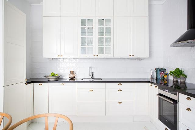 biała kuchnia z ciemnym blatem, biała kuchnia i czarny blat