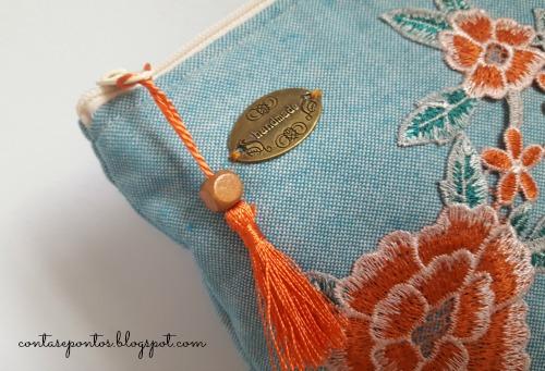 Bolsa em tecido com aplicações em renda