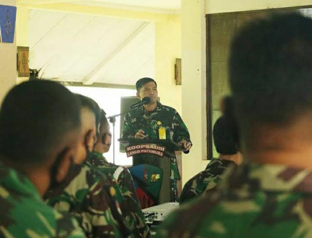 Andreas Dhewo Bagi Tali Asih kepada Seluruh Personel Lanud Pattimura