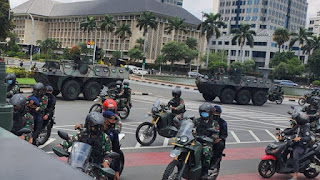 Pasukan TNI Kerahkan Panser Keliling Jakarta, Copoti Baliho HRS