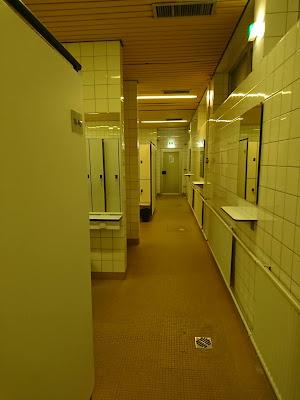Blick entlang der ausgesprochenen Umkleiden im Hallenbad.