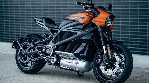 Triumph launched Rocket 3 R new bike in India with a very dangerous look, the design is such that people will keep watching