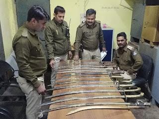 बाबू नाटी के भानतलैया स्थित कब्जे वाले पुराने मकान मे 13 तलवारें मिली